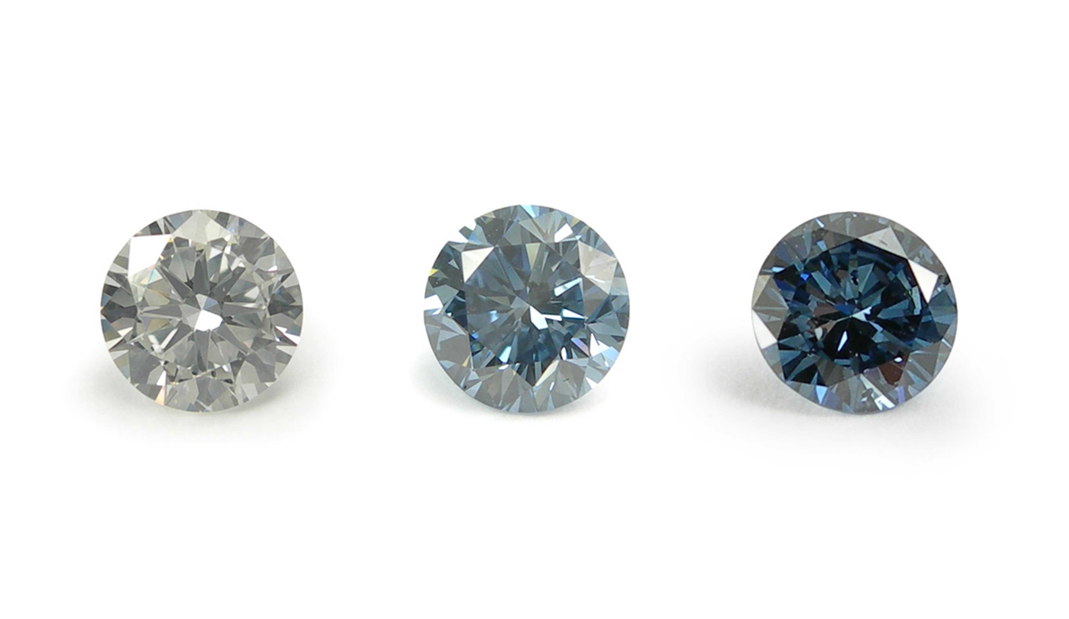 無色、淡いブルー、ブルー3色のメモリアル・ダイヤモンドの画像