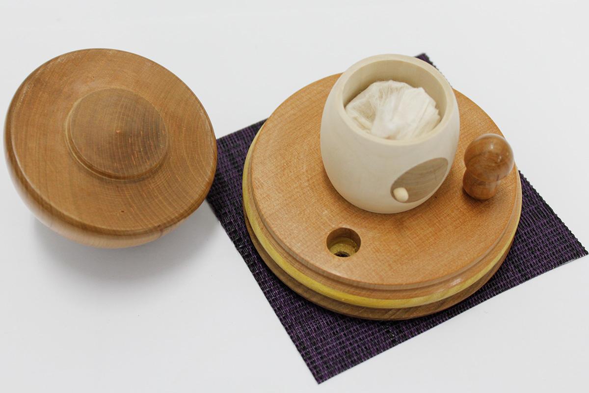 密閉された木製の器に特性和紙袋で包み込んだ遺骨や遺毛、形見の小品を納められます
