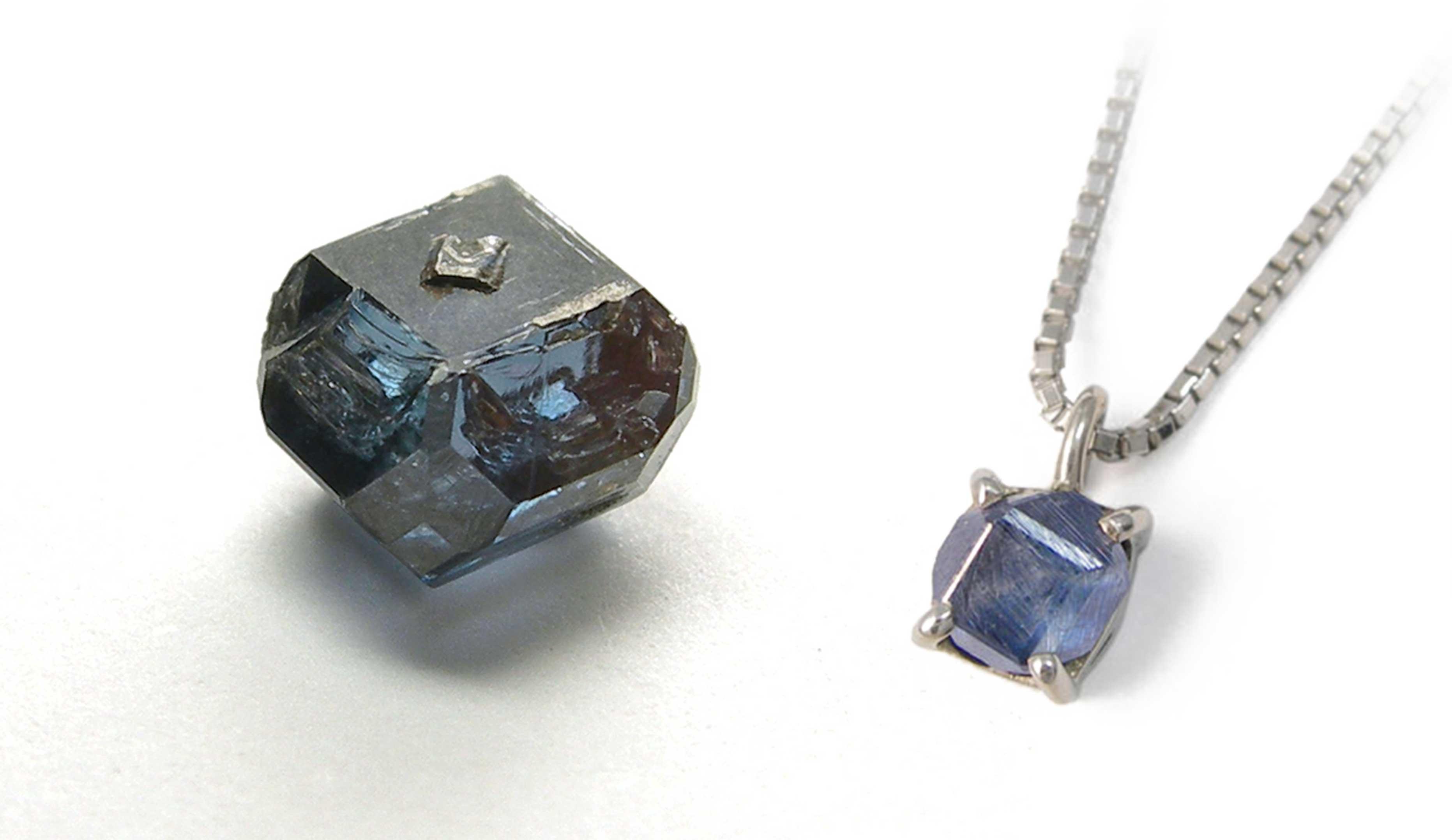 遺骨ダイヤモンドの原石と原石を使ったアクセサリーの画像
